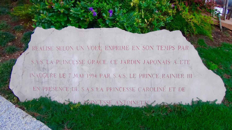 Dalle à l'entrée du jardin japonais de Monaco