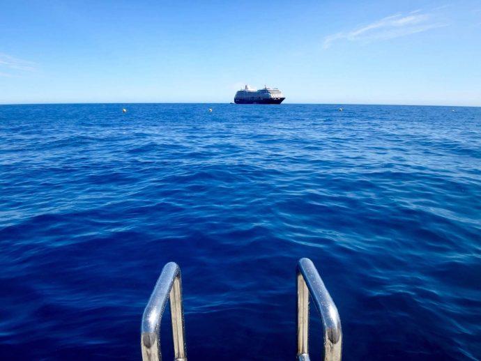 """La mer Méditerranée pour piscine, à la """"Plage du Solarium""""."""